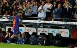 Messi deixa campo machucado.  21/09/16.  REUTERS/Albert Gea