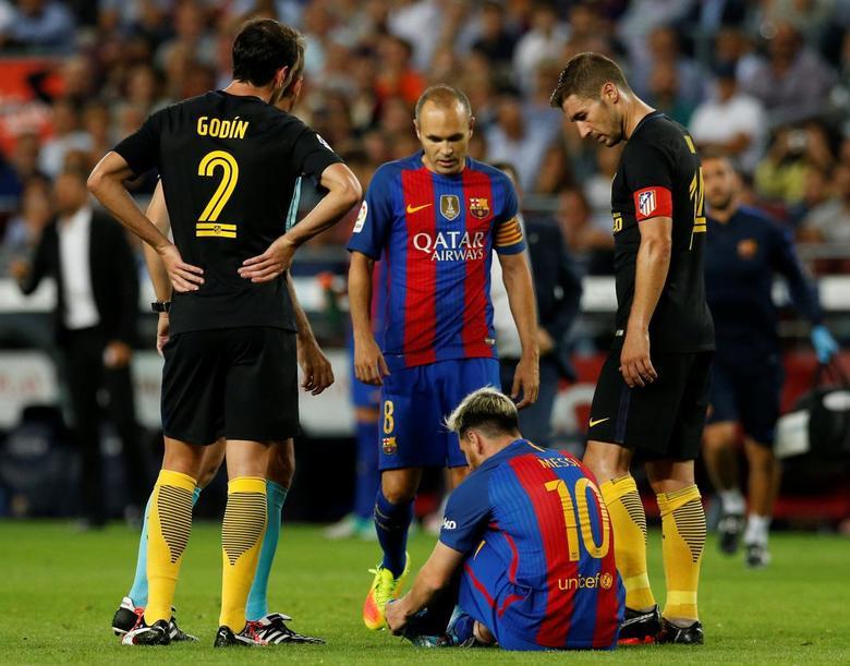 Football Soccer - Barcelona v Atletico Madrid - Spanish La Liga Santander - Camp Nou stadium, Barcelona, Spain - 21/09/16. Barcelona's Lionel Messi sits on the pitch injured. REUTERS/Albert Gea