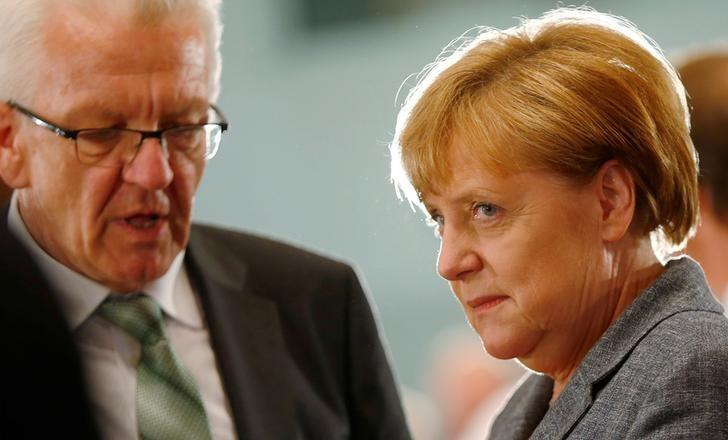 German Chancellor Angela Merkel and State Premier of Baden-Wuerttemberg Winfried Kretschmann attend a meeting with the heads of government of the federal states at the chancellery in Berlin, Germany, June 16, 2016. REUTERS/Hannibal Hanschke