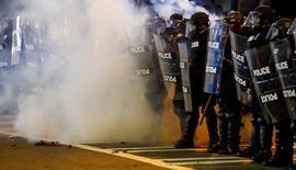 Полиция во время беспорядков в Шарлотт. Жители города Шарлотт, штат Северная Каролина, ранним утром в четверг узнали о введении  чрезвычайного положения и мобилизации Национальной гвардии и Дорожного патруля штата после беспорядков вторую ночь кряду, разгоревшихся из-за убийства полицией чернокожего жителя города.  REUTERS/Jason Miczek