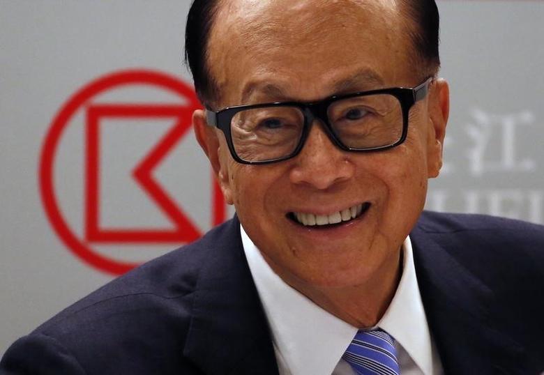 Hong Kong tycoon Li Ka-shing smiles during a news conference announcing CK Hutchison Holdings company results in Hong Kong, China March 17, 2016.  REUTERS/Bobby Yip