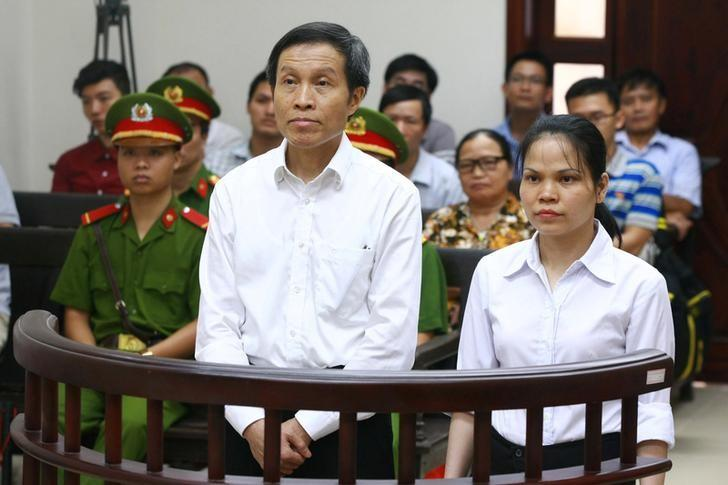 Vietnamese prominent blogger Anh Ba Sam whose real name is Nguyen Huu Vinh (L) and his assistant Nguyen Thi Minh Thuy stand at dock during their appeal trial in Hanoi, Vietnam September 22, 2016. Mandatory credit VNA/Doan Tan/via REUTERS