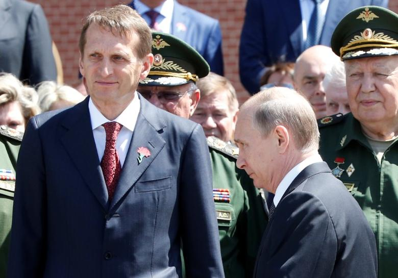Russian President Vladimir Putin and State Duma speaker Sergei Naryshkin attend a wreath-laying ceremony marking the 75th anniversary of the Nazi German invasion, by the Kremlin walls in Moscow, Russia, June 22, 2016. REUTERS/Grigory Dukor