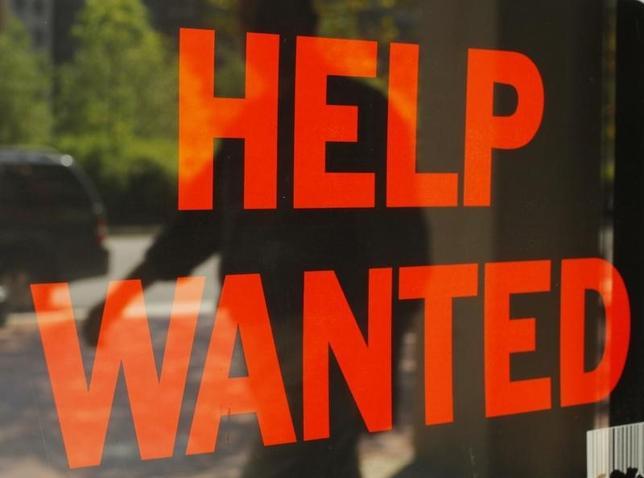 9月22日、米新規失業保険申請件数は約2カ月ぶりの少なさとなった。写真はボストンの店頭に掲げられた求人広告。2010年9月撮影(2016年 ロイター/Brian Snyder)