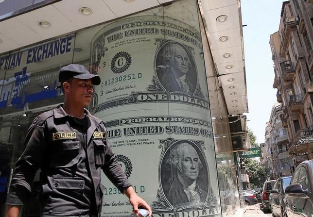 9月22日、終盤のニューヨーク外為市場ではドルが主要通貨に対して下落。米FRBが長期の政策金利見通しを引き下げた影響が続いた。カイロで先月撮影(2016年 ロイター/Mohamed Abd El Ghany)
