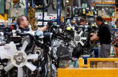 La tasa anual del Índice de Precios Industriales (IPRI) general en el mes de agosto se situó en el -3,1 por ciento, lo que supone 1,5 puntos menos que el mes anterior. En la imagen de archivo,  trabajadores en una fábrica de motores de Nissan en la fábrica Zona Franca Nissan cerca de Barcelona el 5 de mayo de 2014. EREUTERS/Albert Gea