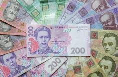 Украинские гривни. Украина, благодаря гарантиям правительства США, привлекла в четверг на внешнем рынке $1 миллиард по самой низкой за свою историю ставке 1,471 процента годовых, сообщило Министерство финансов.  REUTERS/Konstantin Chernichkin