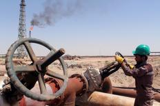 Un trabajador revisa la válvula de un oleoducto en una refinería en Basora, Irak. 17 de abril de 2016. Arabia Saudita ofreció reducir su producción petrolera si su rival Irán se compromete a limitar su bombeo este año, en una importante concesión antes de negociaciones de la próxima semana en Argelia, dijeron a Reuters tres fuentes familiarizadas con las conversaciones. REUTERS/Essam Al-Sudani/File Photo