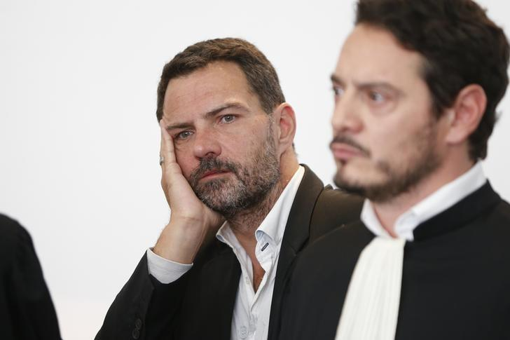 Former trader Jerome Kerviel (L) and his lawyer David Koubbi (R) stand inside the courthouse in Versailles, France, September 23, 2016.  A French appeals court on Friday ordered former Societe Generale trader Jerome Kerviel to pay the bank 1 million euros in damages for multi-billion dollar losses he racked up from equity derivative trades. REUTERS/Charles Platiau