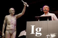 Ацуки Хигасияма получает Шнобелевскую премию. Авторы научных исследований о том, как нижнее белье из полиэстера влияет на сексуальную активность крыс, каково быть барсуком и как меняется восприятие мира, если согнуться и смотреть на него между ног, оказались среди лауреатов Шнобелевской премии-2016. REUTERS/Brian Snyder