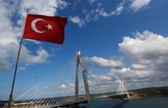 Imagen del nuevo puente Yavuz Sultan Selim, el tercero sobre el Bósforo, que une los lados asiático y europeo de Estambul. 26 de agosto de 2016. La agencia Moody's rebajó la calificación de crédito soberano de Turquía a grado de no inversión especulativo, al citar las preocupaciones sobre el estado de derecho tras un fallido intento de golpe militar, los riesgos del financiamiento externo y la desaceleración económica.  REUTERS/Murad Sezer