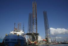 Буровая вышка среди судов у острова Батам, Индонезия. Цены на нефть восстановились в понедельник после того, как днем ранее министр энергетики Алжира сказал, что на неформальной встрече стран-членов ОПЕК на этой неделе возможны все варианты, касающиеся сокращения или заморозки добычи. REUTERS/Edgar Su/File Photo