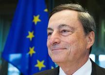Le président de la BCE, Mario Draghi, devant la commission des Affaires économiques et monétaires du Parlement européen à Bruxelles. Selon deux dirigeants de la Banque centrale européenne, les déséquilibres économiques au sein de la zone euro risquent de la déstabiliser. Ils soulignent la responsabilité des gouvernements pour soutenir la croissance dans le respect des règles en vigueur de l'union monétaire. /Photo prise le 26 septembre 2016/REUTERS/Yves Herman