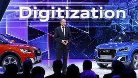 Stefan Knirsch, responsable du développement technique chez Audi (filiale de Volkswagen), quitte le constructeur de voitures de luxe, avec effet immédiat, alors que les enquêtes se poursuivent autour du scandale de manipulation des tests d'émissions polluantes. /Photo prise le 1er mars 2016/REUTERS/Denis Balibouse