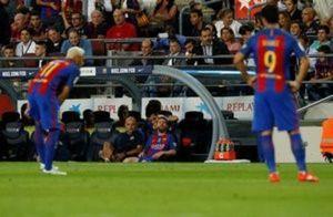 Football Soccer - Barcelona v Atletico Madrid - Spanish La Liga Santander - Camp Nou stadium, Barcelona, Spain - 21/09/16. Barcelona's Lionel Messi looks at Luis Suarez and Neymar. REUTERS/Albert Gea