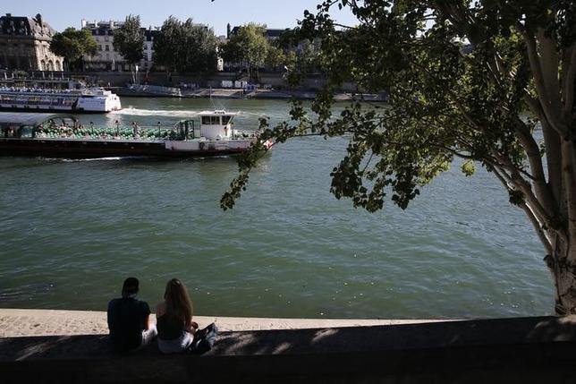 9月26日、パリのブリュノ・ジュリアール副市長は、市当局が近い将来、ヌーディストのための公園を市内に開園する計画であることを明らかにした。写真は8月、パリのセーヌ川で撮影(2016年 ロイター/Pascal Rossignol)