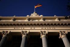 El Ibex-35 repuntaba en las primeras operaciones del martes tras el fuerte descenso registrado la víspera por el desplome del  Deutsche Bank y de sus repercusiones en el conjunto del sector bancario europeo. En la imagen de archivo, una bandera española ondea en el edificio de la Bolsa de Madrid. REUTERS/Juan Medina - RTX2F7UA