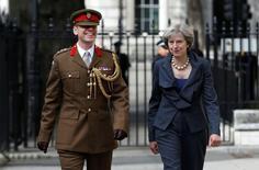 Премьер Великобритании Тереза Мэй и полковник Джон Кларк, один из ее военных советников, идут на встречу с главой британского Генштаба Стюартом Пичем в Лондоне 22 сентября 2016 года. Великобритания будет выступать против любых планов Евросоюза объединить европейские силы в единую армию или создать военный штаб ЕС, пока остается в составе блока, заявил министр обороны Соединенного Королевства Майкл Фэллон. REUTERS/Alastair Grant/Pool