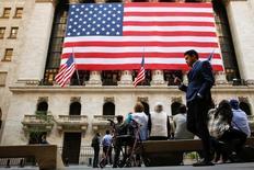 La Bourse de New York est en légère hausse en début de séance mardi, bénéficiant d'un effet de soulagement au lendemain du premier débat entre les deux principaux candidats à l'élection présidentielle américaine, lors duquel Hillary Clinton semble avoir été plus convaincante que Donald Trump. Quelques minutes après le début des échanges, le Dow Jones gagne 0,16% à 18.123,11 points. Le Standard & Poor's 500, plus large, avance de 0,09% et le Nasdaq Composite prend 0,2%. /Photo prise le 15 septembre 2016/REUTERS/Brendan McDermid