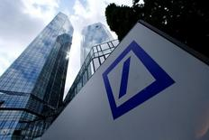 El logo de Deutsche Bank en la sede de la compañía en Fráncfort, Alemania. 9 de junio de 2015. Las acciones de Deutsche Bank tocaron el martes un mínimo histórico y el prestamista respaldado por el estado NordLB descartó sus planes para vender bonos por 500 millones de euros (560 millones de dólares), lo que subraya la inquietud de los inversores sobre la salud de la industria financiera alemana. REUTERS/Ralph Orlowski/File Photo