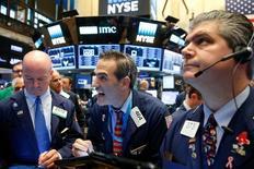 Traders work on the floor of the New York Stock Exchange (NYSE) in New York City, U.S., September 27, 2016.  REUTERS/Brendan McDermid