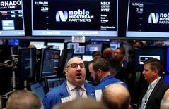 Трейдеры на Уолл-стрит. Американские фондовые индексы выросли впервые за три дня во вторник, поскольку укрепление технологических акций помогло компенсировать слабость энергетического сектора.  REUTERS/Brendan McDermid