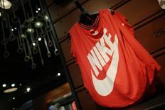 Nike a publié mardi une prévision de commandes inférieures aux attentes des investisseurs, en raison notamment de la faiblesse de ses activités dans le basket et de la concurrence accrue d'Adidas en Amérique du Nord. L'équipementier américain s'attend à ce que les commandes à honorer de septembre 2016 à janvier 2017 augmentent de 7% à taux de change constants dans le monde entier. /Photo d'archives/REUTERS/Lucy Nicholson