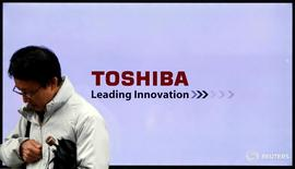 Мужчина проходит мимо телевизора с рекламой Toshiba Corp в Токио 26 ноября 2015 года. Японская Toshiba Corp ожидает получить более высокую прибыль в первом полугодии, чем прогнозировала ранее, на фоне роста цен на чипы памяти благодаря увеличению спроса на смартфоны, сообщила компания.  REUTERS/Toru Hanai/File Photo