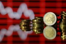 Les principales Bourses européennes ont ouvert en hausse d'environ 1% mercredi, avec un rebond du secteur bancaire, Deutsche Bank en tête, et la bonne tenue des cours du pétrole malgré l'échec prévisible de négociations au sein de l'Opep. À Paris, l'indice CAC 40 prend 1,06% à 4.445,28 points vers 07h35 GMT. À Francfort, le Dax s'adjuge 0,97% et à Londres, le FTSE avance de 0,74%. /Photo d'archives/REUTERS/Dado Ruvic