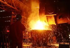 Un empleado trabajando en una fábrica de acero en Dalian, China. 27 de junio de 2016. La economía de China crecería a una tasa interanual de un 6,6 por ciento en el cuarto trimestre y anotaría una expansión de un 6,7 por ciento para todo el año, dijo la Academia China de Ciencias Sociales (CASS, por su sigla en inglés). REUTERS/Stringer