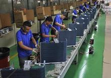 Empleados trabajan en la línea de producción de una fábrica en Manaos, Brasil. 24 de junio de 2014. El Índice de Confianza de la Industria (ICI) brasileña recuperó impulso en septiembre después de una pausa el mes previo, al anotar mejoras tanto en las expectativas como en la evaluación de la situación actual, mostraron el miércoles datos divulgados por la Fundación Getulio Vargas (FGV). REUTERS/Jianan Yu