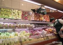 Сотрудница магазина в центре Москвы за работой 3 июня 2011 года. Потребительские цены в России с 20 по 26 сентября 2016 года выросли на 0,1 процента, как и на предыдущей неделе, сообщил Росстат в среду.  REUTERS/Alexander Natruskin