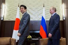 Президент России Владимир Путин (справа) и японский премьер Синдзо Абэ на встрече в Сочи 6 мая 2016 года. Абэ рассчитывает на декабрьской встрече с Путиным добиться прогресса в разрешении 70-летнего территориального спора. REUTERS/Pavel Golovkin/Pool