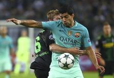 Football Soccer - Borussia Moenchengladbach v FC Barcelona - UEFA Champions League group stage - Group C - Borussia Park stadium, Moenchengladbach, Germany - 28/09/16 - Barcelona's Luis Suarez and Moenchengladbach's Christoph Kramer in action   REUTERS/Kai Pfaffenbach