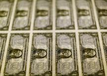 Cédulas de um dólar norte-americanos são examinadas em Washington, nos Estados Unidos 14/11/2014 REUTERS/Gary Cameron/File Photo