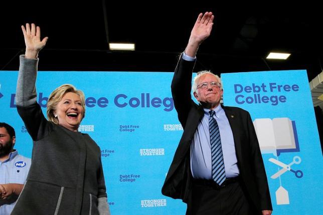 9月28日、米大統領選の民主党候補ヒラリー・クリントン氏は、指名獲得に向けた予備選でライバルだったバーニー・サンダース上院議員とともに集会のステージに立ち、サンダース支持者が多い若年層にアピールした。写真はニューハンプシャー大学で28日撮影(2016年 ロイター/Brian Snyder)