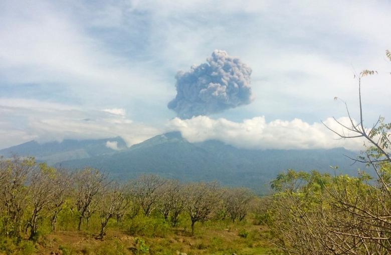 Mount Barujari, located inside Mount Rinjani volcano, is seen erupting from Bayan district, North Lombok, Indonesia in this September 27, 2016 photo taken by Antara Foto. Picture taken September 27, 2016.   Antara Foto/Santanu Bendesa/via REUTERS