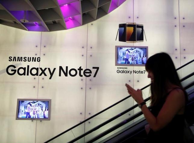 9月29日、韓国のサムスン電子、リコールをしている新型スマートフォン「ギャラクシーノート7」について、韓国での販売分の80%以上を10月1日までに回収するとの見通しを示した。写真はシンガポールで22日撮影(2016年 ロイター/Edgar Su)