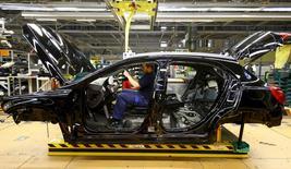 El desempleo alemán subió ligeramente en septiembre, en contra de las previsiones, pero la tasa de desempleo de la economía más grande de Europa se mantuvo en un mínimo récord, mostraron el jueves cifras de la Oficina de Trabajo Federal. En la imagen, un empleado en una fábrica de Mercedes en Rastatt, Alemania, el 22 de enero de 2016. REUTERS/Kai Pfaffenbach