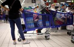 La confianza económica de los 19 países que comparten el euro fue mucho mejor de lo esperado en septiembre gracias a un rebote de la confianza industrial en las economías mas grandes, mostraron el jueves datos de la Comisión Europea. En la imagen de archivo, clientes en un supermercado de Niza, Francia. REUTERS/Eric Gaillard/File Photo