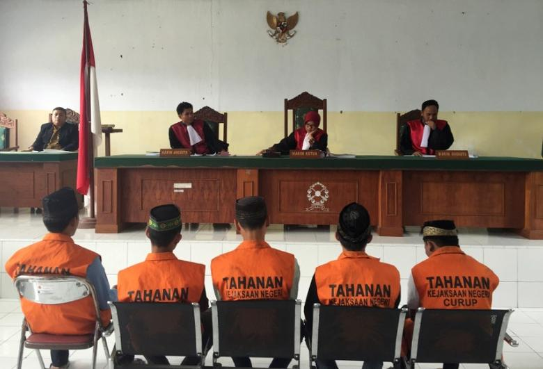 Five men, part of a gang of 14 men and boys, convicted for the rape and murder of a 14-year-old school girl, sit before judges during sentencing in Curup, near Bengkulu, on the island of Sumatra, Indonesia September 29, 2016. REUTERS/Kanupriya Kapoor