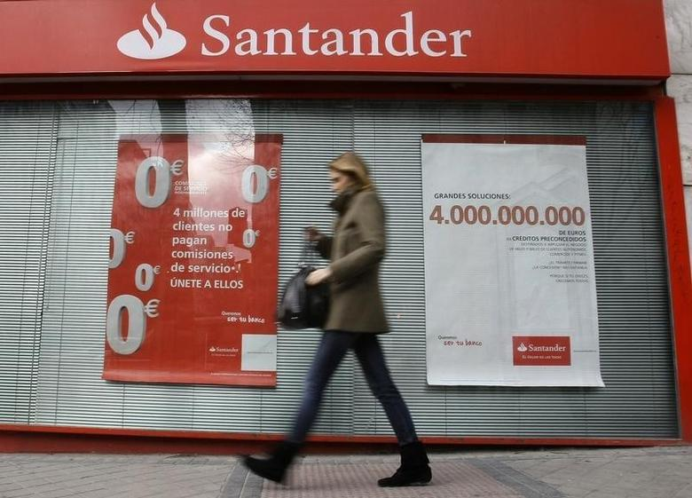 A woman walks past a Santander bank branch in central Madrid January 28, 2009.   REUTERS/Andrea Comas