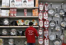 Un empleado ordena productos en una tienda en Pekín, China. 9 de noviembre de 2015. La presión a la baja sobre el comercio de China está creciendo debido a diversos factores desestabilizadores, dijo el jueves un funcionario del Ministerio de Comercio. REUTERS/Kim Kyung-Hoon/File Photo