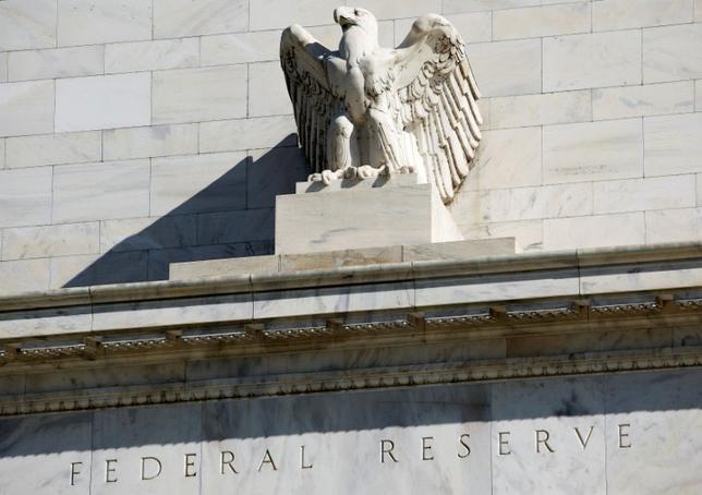 9月29日、米フィラデルフィア地区連銀のハーカー総裁は、米連邦準備理事会(FRB)が予想している方向に経済が進み続ければ、12月の米連邦公開市場委員会が利上げに適切な時期となる、との考えを示した。写真はワシントンのFRBビル、2012年4月撮影(2016年 ロイター/Joshua Roberts)