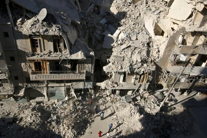People dig in the rubble in an ongoing search for survivors at a site hit previously by an airstrike in the rebel-held Tariq al-Bab neighborhood of Aleppo, Syria, September 26, 2016. REUTERS/Abdalrhman Ismail