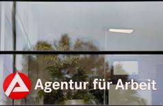 El logo de la Agencia Alemana de Empleo en una oficina en Kehl, Alemania, el 13 de noviembre de 2014. El desempleo alemán subió levemente en septiembre, en contra de las previsiones, pero la tasa de desempleo de la economía más grande de Europa se mantuvo en un mínimo récord, mostraron el jueves cifras de la Oficina Federal del Trabajo. REUTERS/Vincent Kessler/