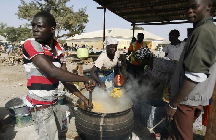 People fleeing Boko Haram violence in the northeast region of Nigeria, cook food at Maikohi secondary school camp for internally displaced persons (IDP) in Yola, Adamawa State January 13, 2015. REUTERS/Afolabi Sotunde/Files