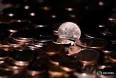 Рублевые монеты 7 июня 2016 года. Рубль провел торговую сессию четверга без серьезных изменений, после того как умеренно снизился к доллару в начале дня. REUTERS/Maxim Zmeyev/Illustration