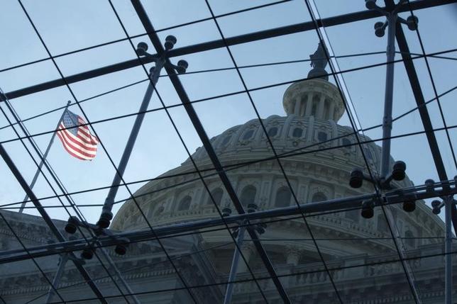 9月29日、米商務省は第2・四半期の国内総生産(GDP)確報値が年率換算で前期比1.4%増となったと発表した。改定値の1.1%増から上方修正となる。市場予想は1.3%増だった。写真は2013年10月、ワシントンの国会議事堂(2016年 ロイター/Jonathan Ernst )