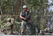 """Военнослужащий индийской армии в Сринагаре 29 сентября 2016 года. Индия сообщила в четверг, что нанесла """"хирургические удары"""" по боевикам, которые, предположительно, готовили вторжение со стороны подконтрольной Пакистану части Кашмира, усилив напряженность в отношениях двух ядерных держав. REUTERS/Danish Ismail"""